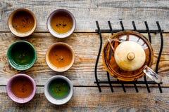 καθορισμένο τσάι τελετή&sigma Teapot γυαλιού και κεραμικά φλυτζάνια στην αγροτική ξύλινη τοπ άποψη υποβάθρου Στοκ φωτογραφία με δικαίωμα ελεύθερης χρήσης