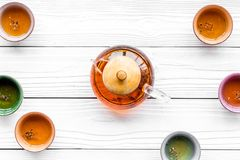 καθορισμένο τσάι τελετή&sigma Teapot γυαλιού και κεραμικά φλυτζάνια στην άσπρη ξύλινη τοπ άποψη υποβάθρου copyspace Στοκ Εικόνες