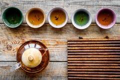 καθορισμένο τσάι τελετή&sigma Teapot γυαλιού και κεραμικά φλυτζάνια στο αγροτικό ξύλινο πρότυπο άποψης υποβάθρου τοπ Στοκ Εικόνα