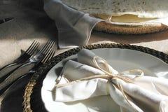 καθορισμένο ύδωρ επιτραπέζιων ταινιών μέτρου γυαλιού πιάτων σιτηρεσίου Στοκ φωτογραφία με δικαίωμα ελεύθερης χρήσης