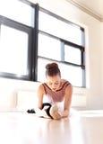 Καθορισμένο Ballerina που ασκεί μέσα στο στούντιο Στοκ Εικόνα