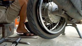 Καθορισμός του επίπεδου ελαστικού αυτοκινήτου στη ρόδα μοτοσικλετών φιλμ μικρού μήκους