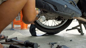 Καθορισμός του επίπεδου ελαστικού αυτοκινήτου στη ρόδα μοτοσικλετών απόθεμα βίντεο