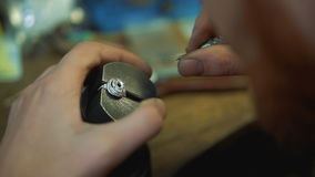 Καθορισμός των πολύτιμων λίθων σε ένα δαχτυλίδι με ένα εργαλείο για τη διαδικασία inlay απόθεμα βίντεο