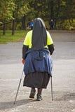 Καθολική καλόγρια στο πάρκο - σκανδιναβικό περπάτημα Στοκ Φωτογραφία