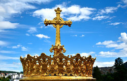 Καθολικός ιερός σταυρός εκκλησιών ενάντια στο μπλε ουρανό Στοκ φωτογραφία με δικαίωμα ελεύθερης χρήσης