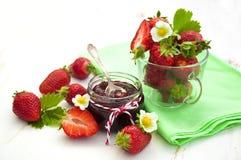 καθολικός Ιστός προτύπων φραουλών σελίδων μαρμελάδας χαιρετισμού καρτών ανασκόπησης Στοκ Εικόνα
