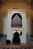 Καθολικός παπάς που παίζει το όργανο σωλήνων Στοκ Φωτογραφία
