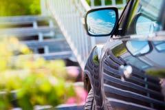 Καθρέφτης αυτοκινήτων Αντανάκλαση του ηλιόλουστου μπλε ουρανού στην πλευρά αυτοκινήτων mirrow Στοκ Εικόνες