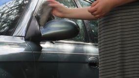 Καθρέφτης αυτοκινήτων πλύσης κοριτσιών με το παλαιό κουρέλι απόθεμα βίντεο