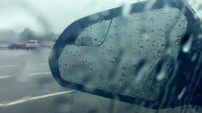 Καθρέφτης αυτοκινήτων στη βροχή απόθεμα βίντεο