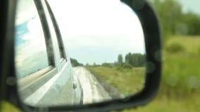Καθρέφτης δευτερεύων-άποψης της οδήγησης του αυτοκινήτου φιλμ μικρού μήκους