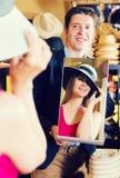 Καθρέφτης εκμετάλλευσης ατόμων και παρουσίαση στον πελάτη αντανάκλασής του στα καπέλα s Στοκ φωτογραφία με δικαίωμα ελεύθερης χρήσης