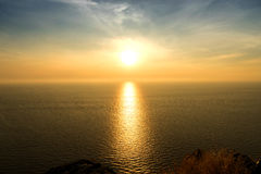 Καθρέφτης ηλιοβασιλέματος στη θάλασσα στη χρυσή σκιά Στοκ Εικόνες