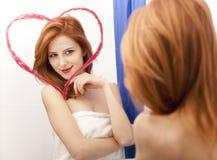 καθρέφτης κοριτσιών κοντά redhead Στοκ εικόνα με δικαίωμα ελεύθερης χρήσης