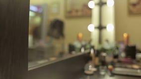 Καθρέφτης κουρέων με λαμπτήρες και τρεις βούρτσες σύνθεσης απόθεμα βίντεο