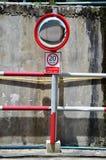 Καθρέφτης κυκλοφορίας και σημάδι κυκλοφορίας Στοκ εικόνα με δικαίωμα ελεύθερης χρήσης