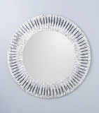 Καθρέφτης κύκλων που δημιουργείται από το άσπρο ξύλινο πλαίσιο στοκ εικόνα