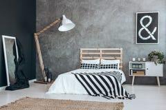 Καθρέφτης με το άσπρο πλαίσιο Στοκ Εικόνες