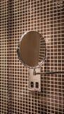 Καθρέφτης στο κεραμωμένο λουτρό στοκ φωτογραφία με δικαίωμα ελεύθερης χρήσης