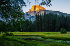 Καθρέφτης των πτώσεων Yosemite στα λιβάδια Yosemite Στοκ εικόνες με δικαίωμα ελεύθερης χρήσης