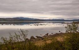 Καθρέφτης-όπως, ήρεμα νερά Porsangerfjord, τη βόρεια Νορβηγία Στοκ εικόνες με δικαίωμα ελεύθερης χρήσης