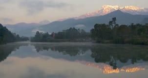 Καθρέφτης-όπως τη λίμνη μεταξύ των βουνών φιλμ μικρού μήκους