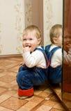 καθρέφτης 2 μωρών που παίζει το μικρό χαμόγελο Στοκ εικόνες με δικαίωμα ελεύθερης χρήσης