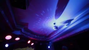 Καθρέφτης Disco στο νυχτερινό κέντρο διασκέδασης φιλμ μικρού μήκους