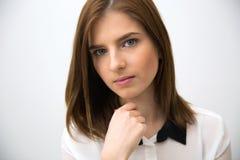 καθώς η επιχειρηματίας την δίνει το πορτρέτο που παρουσιάζει κάτι αν και νεολαίες Στοκ εικόνα με δικαίωμα ελεύθερης χρήσης