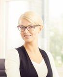 καθώς η επιχειρηματίας την δίνει το πορτρέτο που παρουσιάζει κάτι αν και νεολαίες Στοκ φωτογραφίες με δικαίωμα ελεύθερης χρήσης