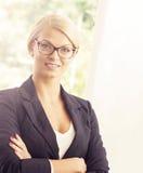 καθώς η επιχειρηματίας την δίνει το πορτρέτο που παρουσιάζει κάτι αν και νεολαίες Στοκ εικόνες με δικαίωμα ελεύθερης χρήσης