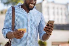Καινοτόμο περίεργο άτομο που κάνει τις αγορές μέσω ειδικό app Στοκ φωτογραφία με δικαίωμα ελεύθερης χρήσης