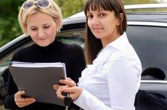Καινούργιος ιδιοκτήτης που αγοράζει ένα αυτοκίνητο Στοκ Εικόνα