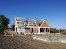 Καινούργιο σπίτι κάτω από την κατασκευή με το ξύλινο πλαίσιο μιας στέγης στοκ εικόνες