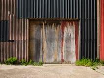 Καιρική πόρτα στον τοίχο των ζαρωμένων φύλλων Στοκ φωτογραφίες με δικαίωμα ελεύθερης χρήσης