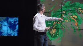 Καιρικός δημοσιογράφος ειδήσεων και ζωντανή πρόβλεψη τυφώνα απόθεμα βίντεο