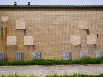 Καιρικός τουβλότοιχος με την περίεργη τεκτονική Στοκ εικόνες με δικαίωμα ελεύθερης χρήσης