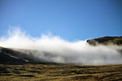Καιρός ομίχλης και μπλε ουρανού Νήσοι Φαρόι, Δανία, Ευρώπη Στοκ Εικόνες