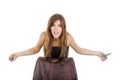 0 και απογοητευμένος θηλυκός κομμωτής με τη χτένα και το ψαλίδι Στοκ εικόνες με δικαίωμα ελεύθερης χρήσης