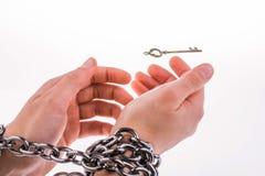 Και αλυσοδεμένα χέρια και το κλειδί Στοκ Φωτογραφία