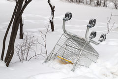 Και εγκαταλειμμένο κάρρο αγορών Στοκ φωτογραφία με δικαίωμα ελεύθερης χρήσης