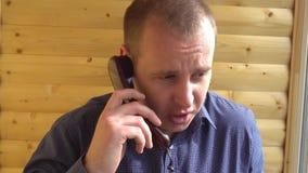 0 και εξαγριωμένος επιχειρηματίας που φωνάζει σε δύο τηλέφωνα απόθεμα βίντεο