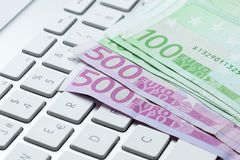 100 και 500 ευρο- λογαριασμοί στο πληκτρολόγιο Στοκ φωτογραφίες με δικαίωμα ελεύθερης χρήσης