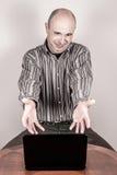 0 και νευρικός επιχειρηματίας με ένα lap-top Στοκ φωτογραφία με δικαίωμα ελεύθερης χρήσης