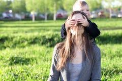 και ο δύο ο πράσινος γιος τζιν mom ολοκληρώνει τη φθορά Στοκ φωτογραφία με δικαίωμα ελεύθερης χρήσης