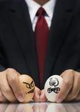 0 και φοβισμένος χαρακτήρας αυγών που ελέγχεται από το εκτελεστικό χέρι Στοκ Εικόνες