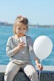 Κακάο κατανάλωσης μικρών κοριτσιών στοκ εικόνα με δικαίωμα ελεύθερης χρήσης