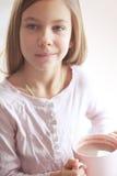 Κακάο κατανάλωσης παιδιών Στοκ φωτογραφία με δικαίωμα ελεύθερης χρήσης
