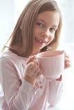 Κακάο κατανάλωσης παιδιών Στοκ φωτογραφίες με δικαίωμα ελεύθερης χρήσης